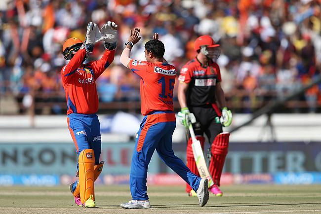 मैच रिपोर्ट: गुजरात के बल्लेबाजों की छोटी पारी के आगे विराट की विराट पारी बेकार 10
