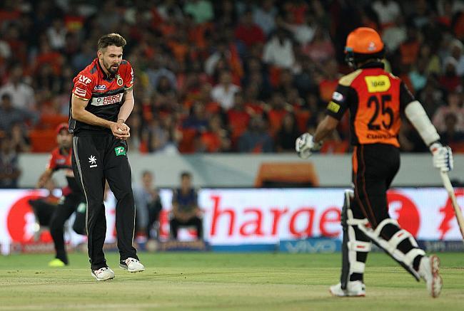 वार्नर और हैदराबाद के  गेंदबाजों के  सामने  बेबस नजर आये बंगलौर के गेंदबाज 6