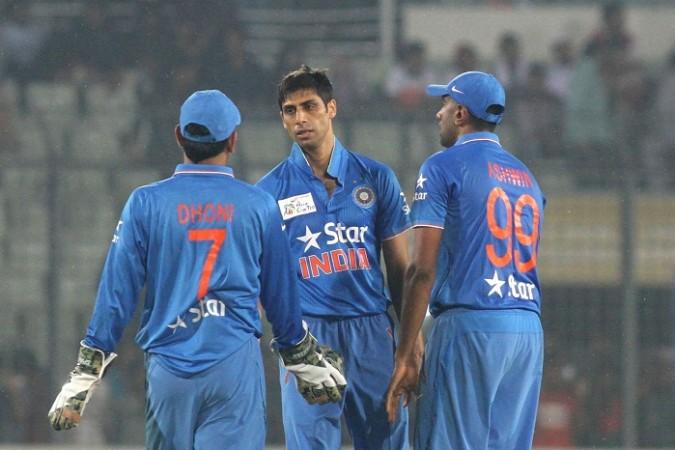 विडियो: जब आशीष नेहरा ने भरे मैदान में दिया महेंद्र सिंह धोनी को गाली