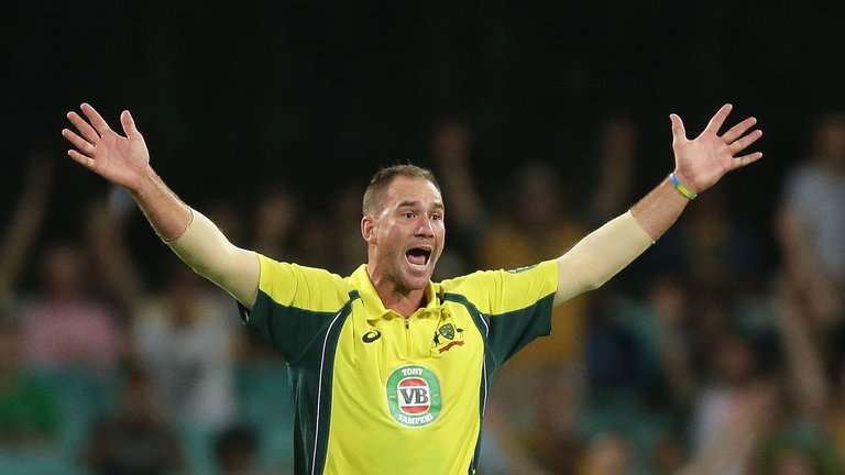 सभी को हैरान करते हुए ऑस्ट्रेलिया के इस दिग्गज तेज गेंदबाज ने तीनों फॉर्मेट से लिया संन्यास 3