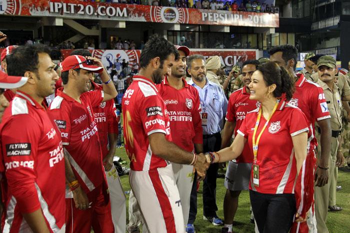 मैच के दौरान अपने पति के साथ सेल्फी लेती हुई दिखाई दी प्रीति जिंटा, वायरल हुए फोटो