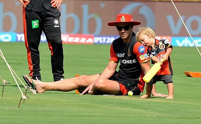 गुजरात के खिलाफ मैच से ठीक पहले दिग्गज खिलाड़ी फिर चोट के चलते हुआ बाहर, बढ़ी आरसीबी की मुश्किलें