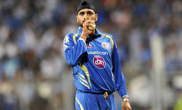 हरभजन सिंह और धोनी पर एक क्रिकेट फैन्स ने लगाया झूठा आरोप, धोनी तो रहे चुप लेकिन हरभजन ने दिया मुँह बंद कर देने वाला जवाब