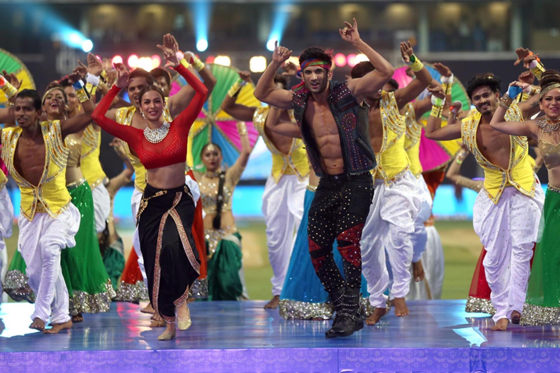 Photos: IPL10: वानखेड़े स्टेडियम में सुशांत सिंह राजपूत और मलाइका अरोड़ा ने बांधा समा