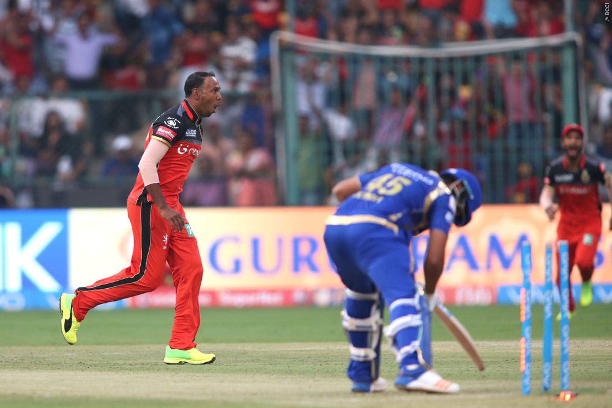 वीडियो: सैम्युल बद्री ने आईपीएल 10 की पहली हैट्रिक से मुंबई के खिलाफ मज़बूत कराई बैंगलोर की पकड़