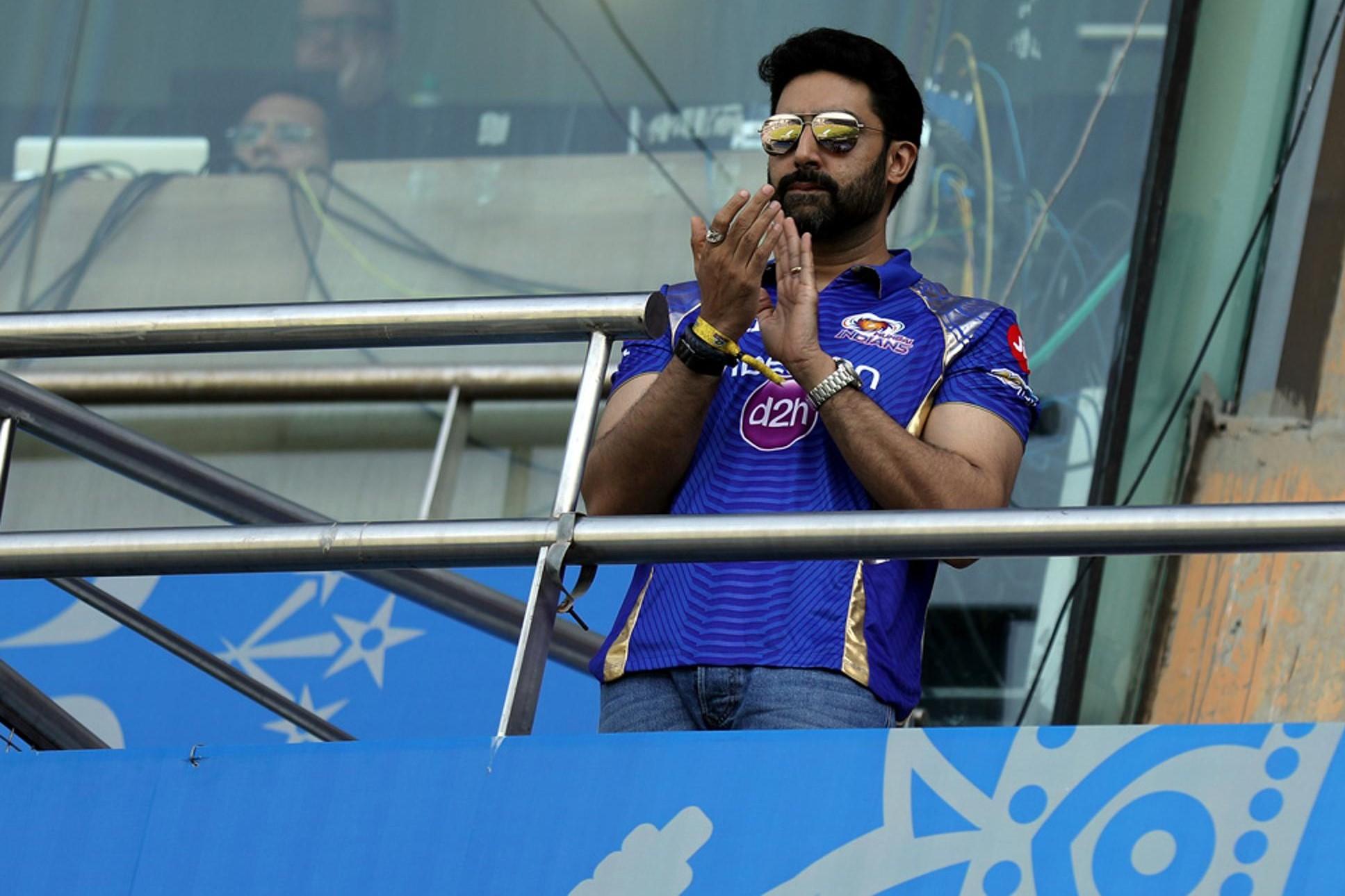 मुंबई इंडियंस को मैदान पर सपोर्ट करते नज़र आए जूनियर बच्चन, देखें तस्वीरें