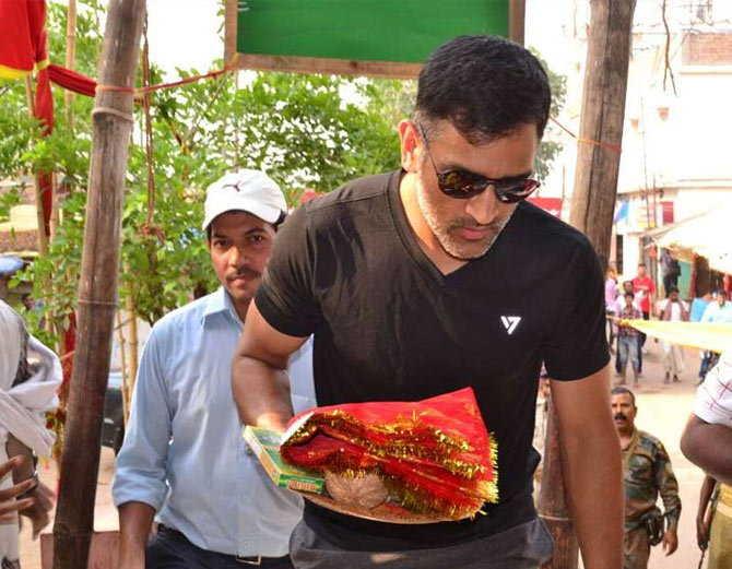 आईपीएल के बीच माँ की शरण में पहुंचे महेंद्र सिंह धोनी, देखे तस्वीरें.... 14