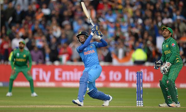 हार्दिक पंड्या ने खुद किया खुलासा आखिर किसने उन्हें महेंद्र सिंह धोनी से ऊपर बल्लेबाज़ी करने के लिए भेजा 11