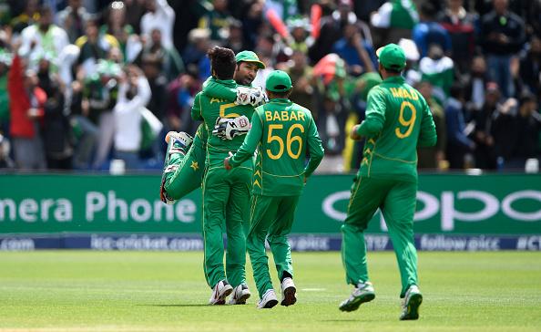 विडियो : 33.5 ओवर में पाकिस्तान के कप्तान मैदान पर बेईमानी करते हुए कैमरे में हुए कैद, फिर गलती छुपाने के लिए किया ऐसा 5