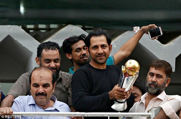 चैंपियंस ट्राफी में भारतीय खिलाड़ियों ने दिखाया खेल भावना, लेकिन पाकिस्तान पहुँच भारत का मजाक बनाया सरफराज 12