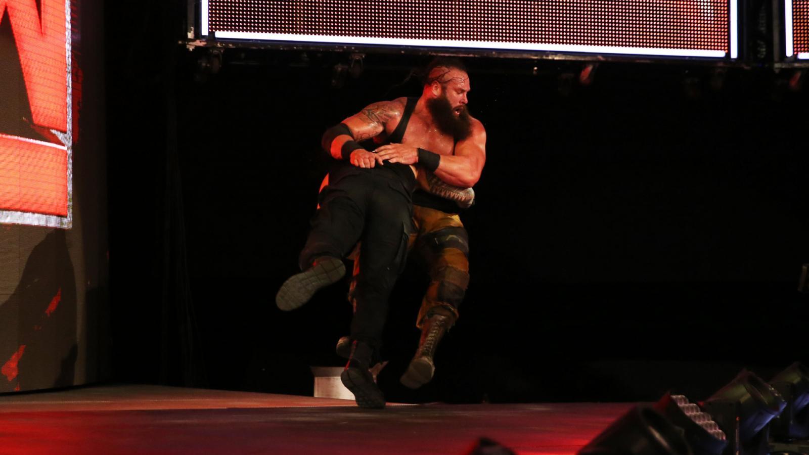 WWE RAW रिजल्ट्स : 4 जुलाई 2017 : रोमन रेन्स ने एम्बुलेंस मैच से पहले किया कुछ ऐसा, जिसकी उम्मीद नहीं थी 17