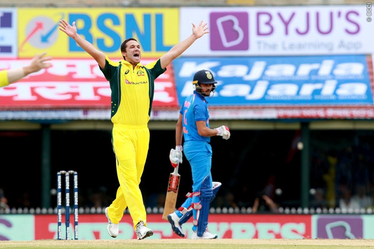 21 ओवर में भी आसान सा लक्ष्य हाशिल न कर पाने की वजह से कुछ यूजर्स ने ऑस्ट्रेलिया के लिए किया ऐसे ट्वीट देख नहीं रुकेगी शाम तक हँसी