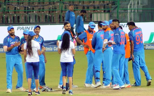 जब लड़कियां ड्रिंक्स लेकर मैदान में पहुंची, तब भारतीय खिलाड़ियों ने की ऐसी हरकत और फिर जो हुआ हो गया कैमरे में कैद