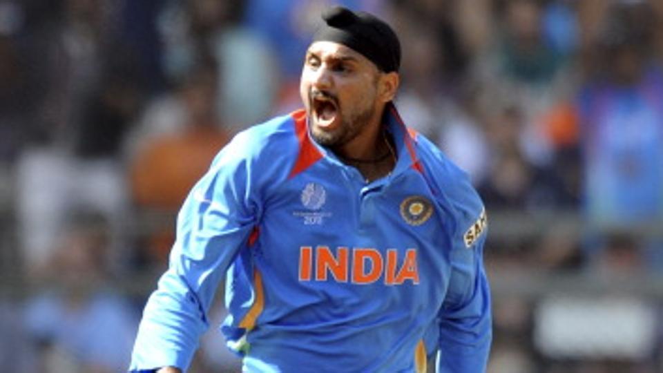IPL 2018: मुंबई इंडियंस और किंग्स XI पंजाब को छोड़कर इस साल आईपीएल में अपने दोस्त की टीम से खेल सकते हैं हरभजन सिंह