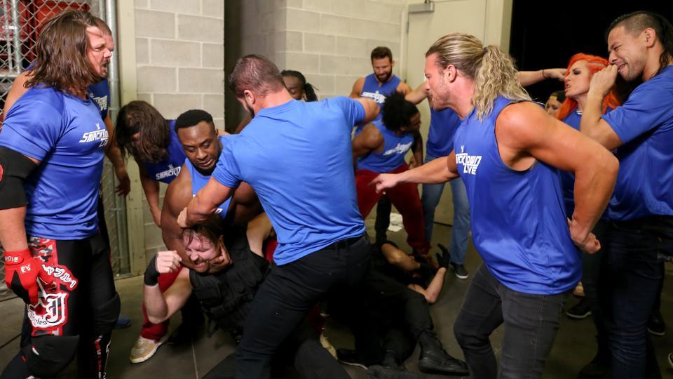 """किसने कहा: """"मुझे भीड़ का हिस्सा नहीं बनना और इसीलिए मैने रॉ के रेस्लरो पर हमला नहीं किया था"""" 8"""