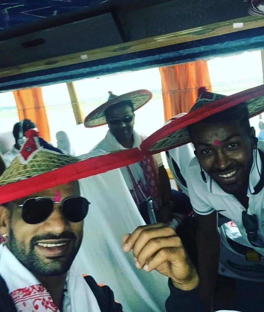 INDvAUS: दूसरे मुकाबले के लिए गुवाहाटी पहुंची टीम इंडिया हुआ जोरदार स्वागत, पंड्या ने खास अंदाज में फैंस का किया शुक्रिया.... 62