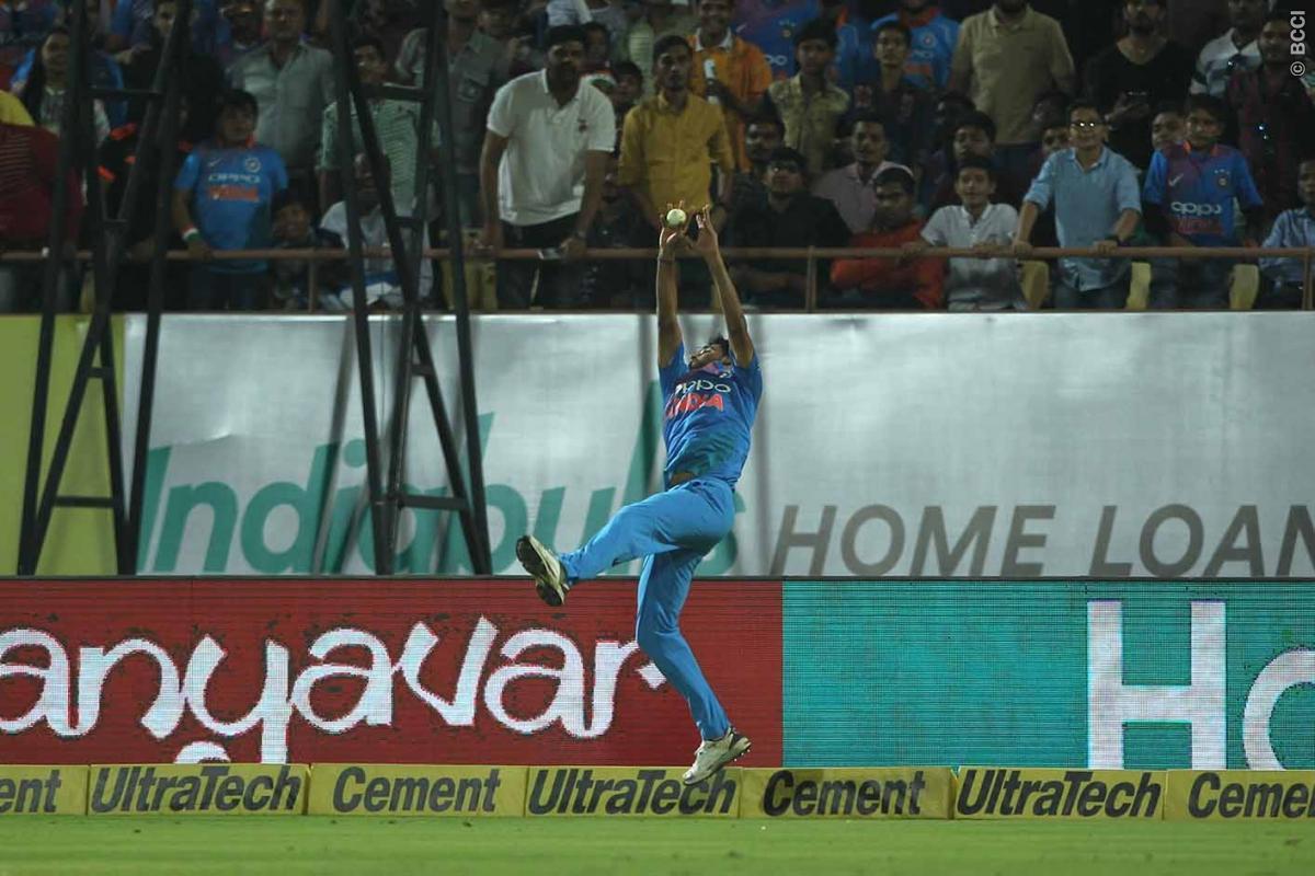 विडियो: पारी के 9.2 ओवर में मुनरो का छक्का रोकने के लिए सुपरमैन बने भुवी, कोहली हुए नतमस्तक