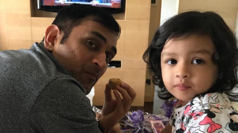 VIDEO: एक बार फिर से चर्चा में आई धोनी की बेटी जीवा, सोशल मीडिया पर हाथों में बेलन लिए आई नजर