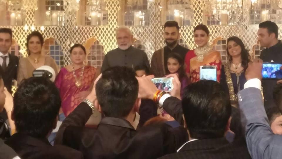 वीडियो : विराट-अनुष्का की शादी के रिसेप्शन में पहुंच देश के प्रधानमंत्री नरेन्द्र मोदी ने दिया खास गिफ्ट तस्वीरे और वीडियो हुआ सोशल मीडिया पर वायरल