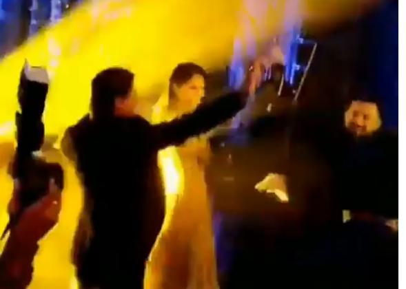 मुंबई में हुए ग्रैंड रिसेप्शन में एक बार फिर से दिखा कोहली का टोपरी अंदाज़, स्टेज पर आते ही की ये हैरान करने वाली हरकत