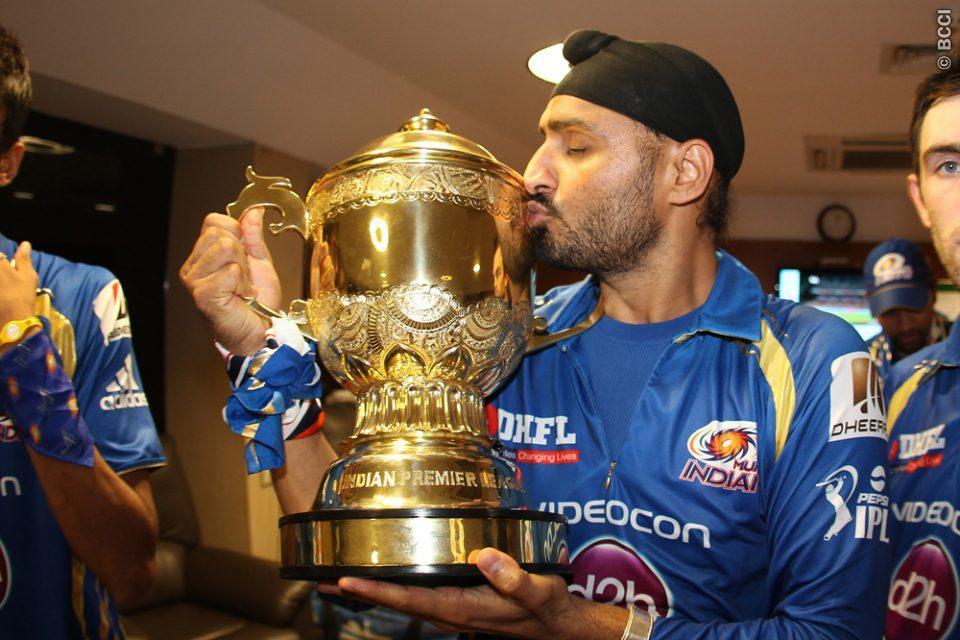 मुंबई इंडियंस से बाहर किये जाने के बाद छल्का हरभजन सिंह का दर्द, अब इस टीम से खेलना चाहते है आईपीएल