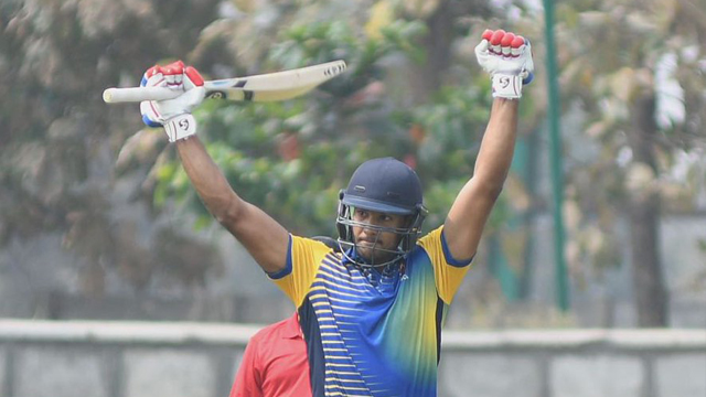 इस भारतीय घरेलु सीजन में अपनी जबरदस्त चमक बिखेरने वाले मयंक अग्रवाल को इस गेंदबाज ने किया है सबसे ज्यादा परेशान 2