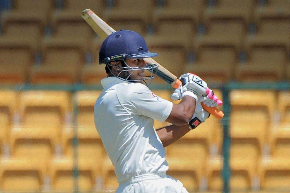 इस भारतीय घरेलु सीजन में अपनी जबरदस्त चमक बिखेरने वाले मयंक अग्रवाल को इस गेंदबाज ने किया है सबसे ज्यादा परेशान 3