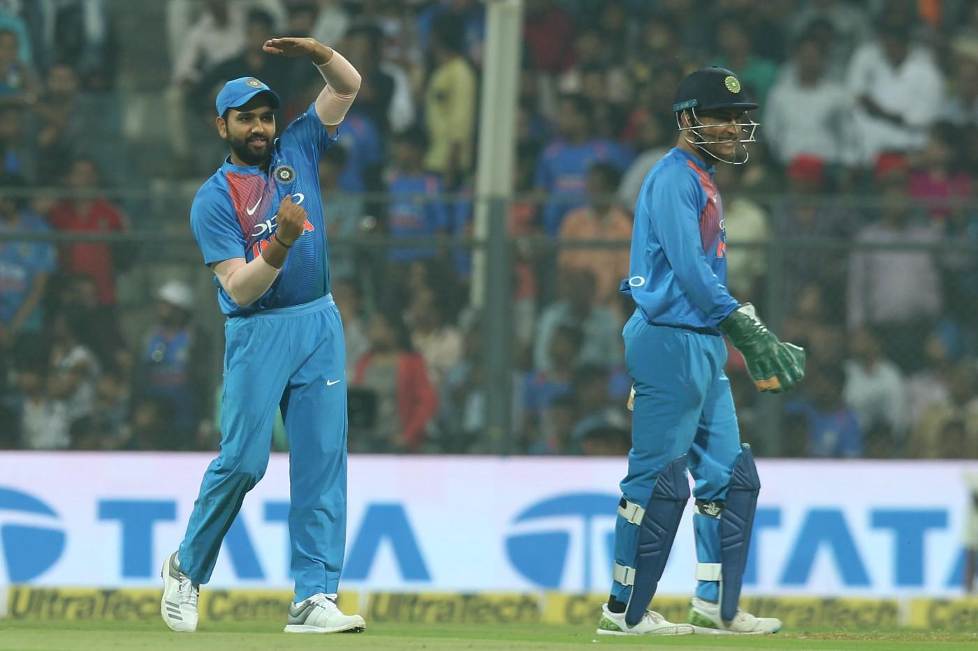वीडियो: धोनी के मना करने के बाद भी रोहित शर्मा ने लिया रिव्यू  और फिर कप्तान विराट कोहली ने जो किया देख रह जायेंगे हैरान 50