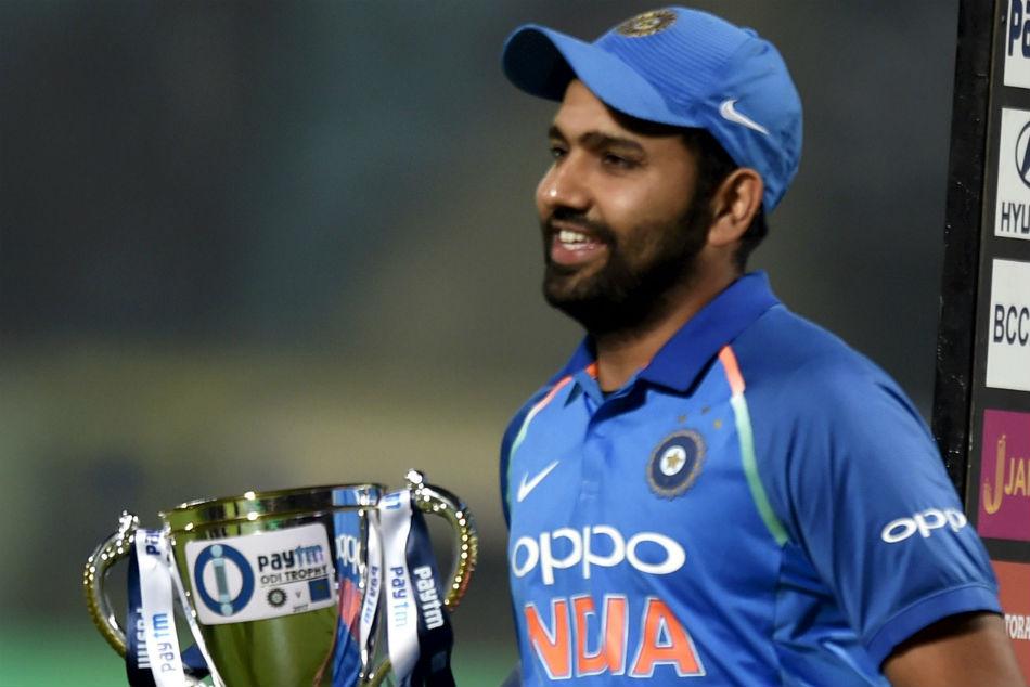 Nidahas Trophy के फाइनल से पहले रोहित शर्मा ने नेट्स पर गेंदबाजी कराने वाले अपने इस फैन को दिया था यह बड़ा तोहफा 19