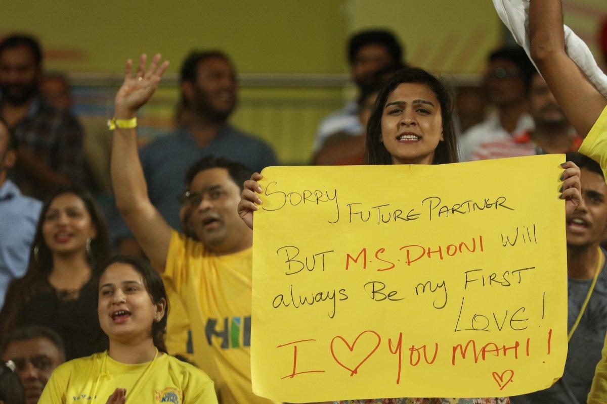 आईसीसी ने की लड़की द्वारा धोनी को प्रपोज करने की तस्वीर शेयर तो कुछ ऐसा था साक्षी धोनी का रिएक्शन
