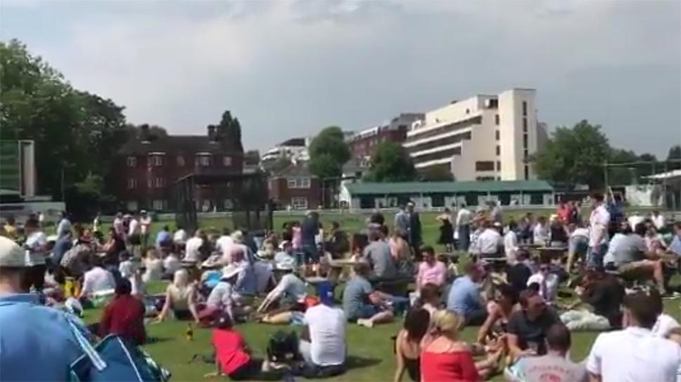 वीडियो : सिर्फ भारत में ही नहीं, बल्कि इंग्लैंड में भी कुछ इस तरह दिखा आईपीएल 2018 के फाइनल मैच का क्रेज