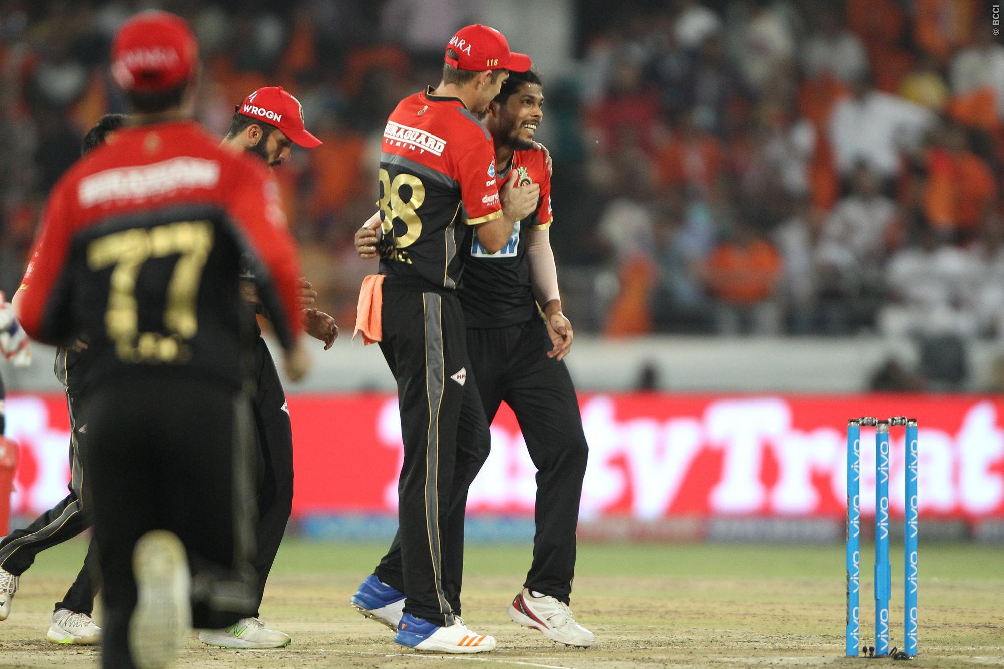 वीडियो- 15.4 ओवर में उमेश यादव और केन विलियम्सन का नाटकीय अंदाज देख आरसीबी के खिलाड़ियों और अम्पायर की छुट पड़ी हंसी 33