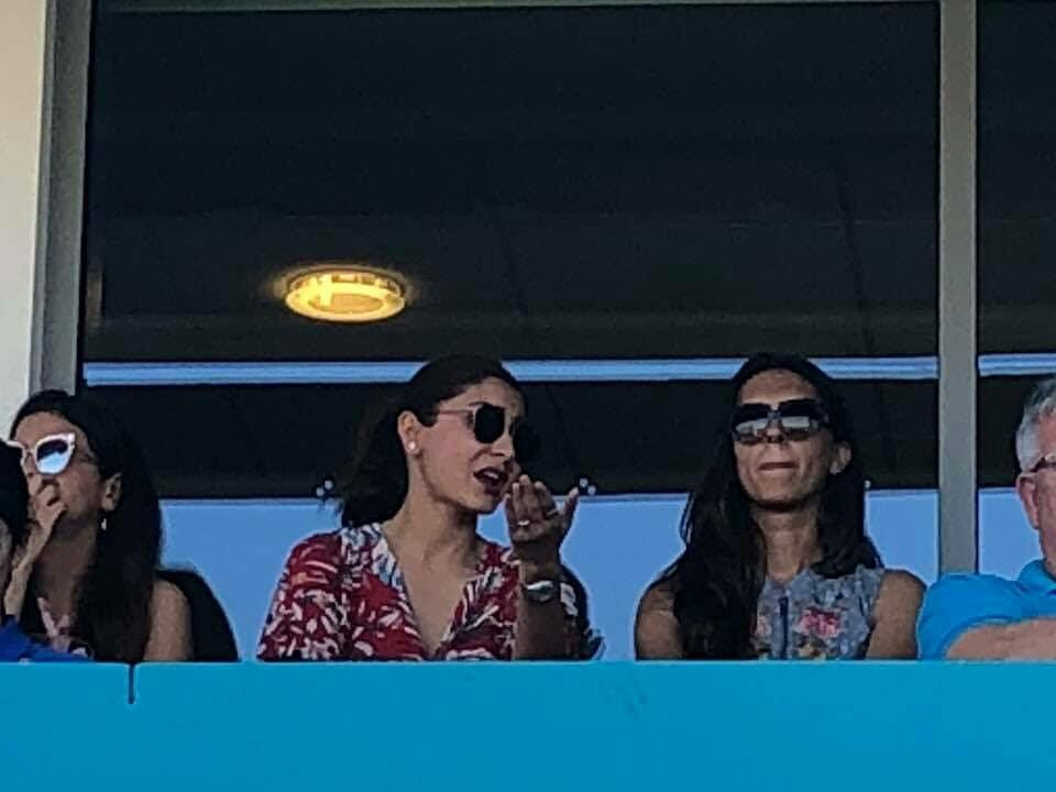 कल मैच के दौरान साक्षी धोनी और अनुष्का शर्मा करने लगी कुछ ऐसा रुक गयी कैमरामैन की आँखे, तस्वीरे हुई वायरल 1