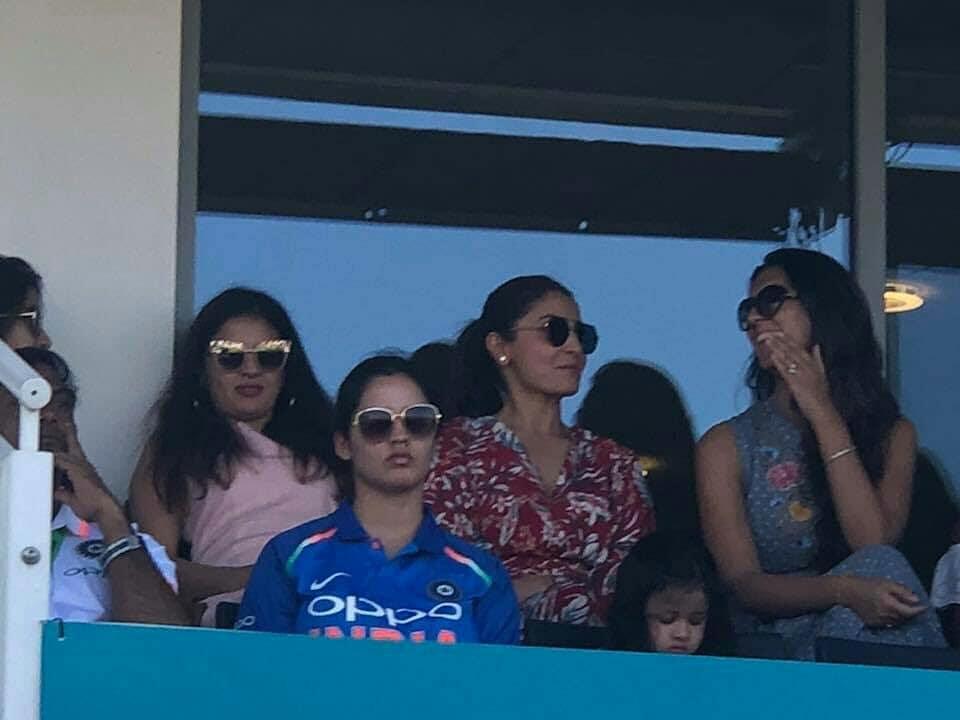 कल मैच के दौरान साक्षी धोनी और अनुष्का शर्मा करने लगी कुछ ऐसा रुक गयी कैमरामैन की आँखे, तस्वीरे हुई वायरल 3