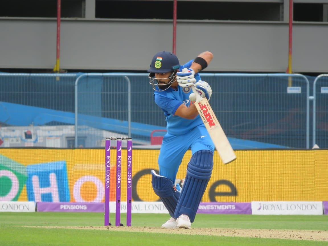 ENG vs IND: धीमी बल्लेबाज़ी की वजह से एक बार फिर से आलोचकों के निशाने पर आए धोनी, उठी टीम से बाहर करने की मांग
