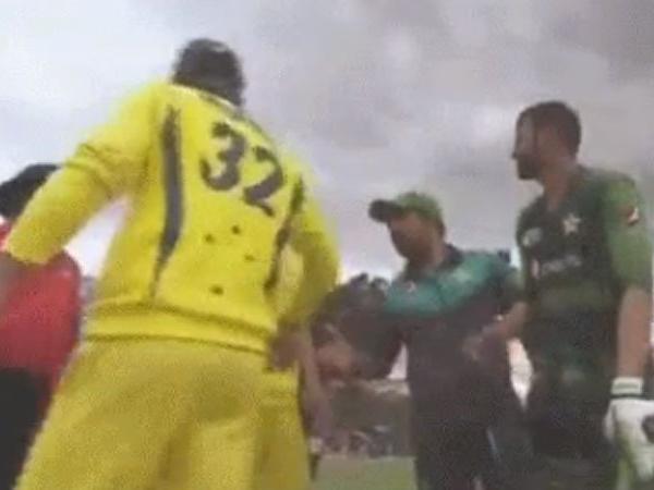 PAKvAUS: पाकिस्तान की जीत के बाद मैक्सवेल ने की शर्मनाक हरकत नहीं मिलाया पाक कप्तान से हाथ 9