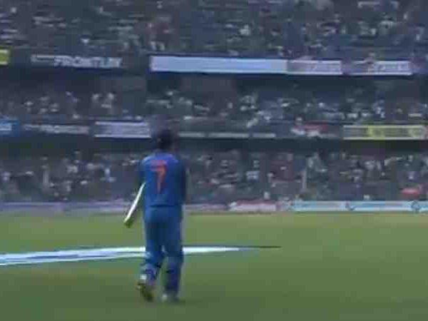 वीडियो: चौथे नंबर पर बल्लेबाजी करने आए महेंद्र सिंह धोनी तो दर्शको ने किया कुछ ऐसा हर कोई रह गया हैरान, देखें विडियो 24