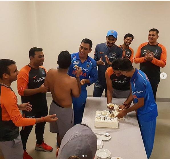 पाक के खिलाफ बड़ी जीत के बाद टीम इंडिया ने मनाया अम्बाती रायडू का जन्मदिन, सभी की उम्मीदों से परे धोनी ने किया कुछ ऐसा 15