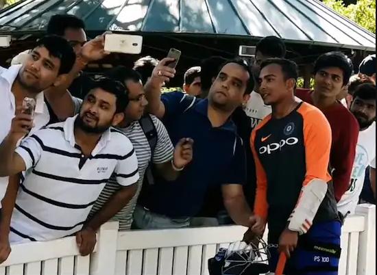 वीडियो: अभ्यास मैच में ही मैदान के बाहर दर्शको के बीच छा गए पृथ्वी शॉ, ऐसे जीता दर्शकों का दिल