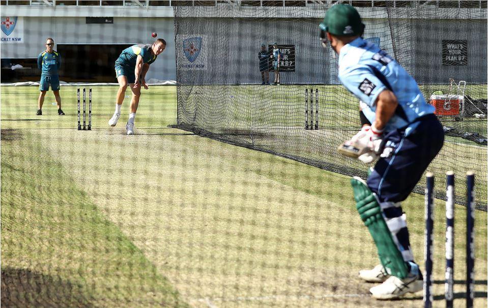 VIDEO: कोच लैंगर की देखरेख में पैट कमिंस और हेजलवुड के खिलाफ डेविड वार्नर ने किया बल्लेबाजी का अभ्यास