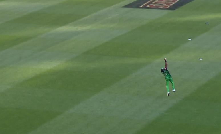वीडियो: ड्वेन ब्रावो ने फिर किया साबित कि वही हैं क्रिकेट के असली सुपरमैन 2