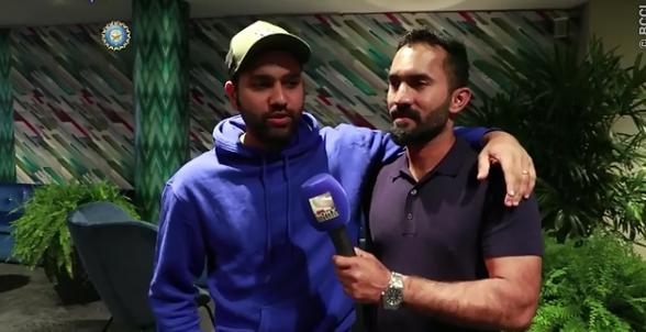 वीडियो: दिनेश कार्तिक बने रिपोर्टर, रोहित शर्मा के साथ ऐसे की जमकर मस्ती
