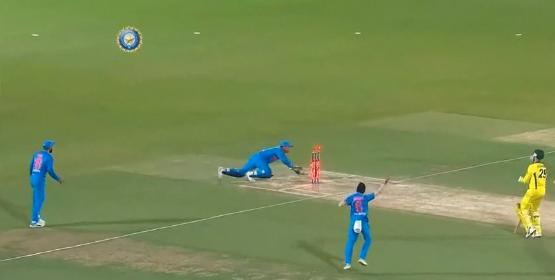 वीडियो : 15.2 ओवर में महेंद्र सिंह धोनी ने एक ही गेंद पर कर डाला दो ऑस्ट्रेलियाई खिलाड़ियों को रन आउट, वीडियो देख दंग रह जायेगे आप 1