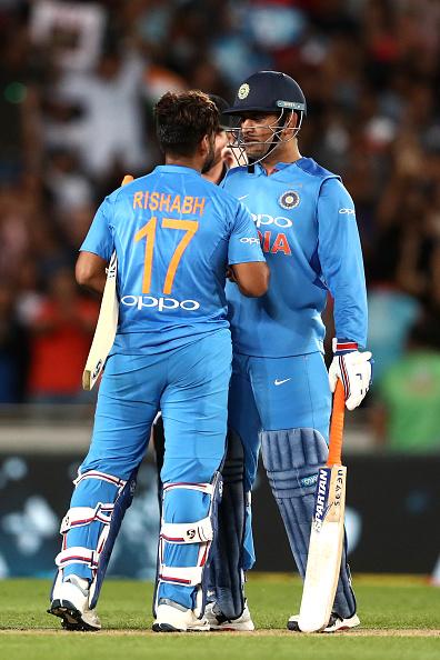 टी-20 क्रिकेट में भारतीय क्रिकेट टीम महेंद्र सिंह धोनी को क्यों ढो रही है? 1