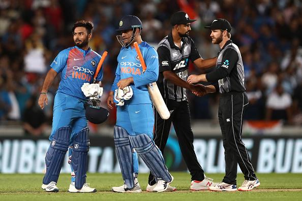 टी-20 क्रिकेट में भारतीय क्रिकेट टीम महेंद्र सिंह धोनी को क्यों ढो रही है? 3