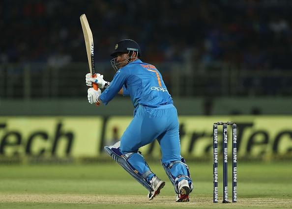 टी-20 क्रिकेट में भारतीय क्रिकेट टीम महेंद्र सिंह धोनी को क्यों ढो रही है? 2