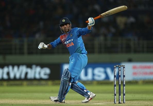 टी-20 क्रिकेट में भारतीय क्रिकेट टीम महेंद्र सिंह धोनी को क्यों ढो रही है?