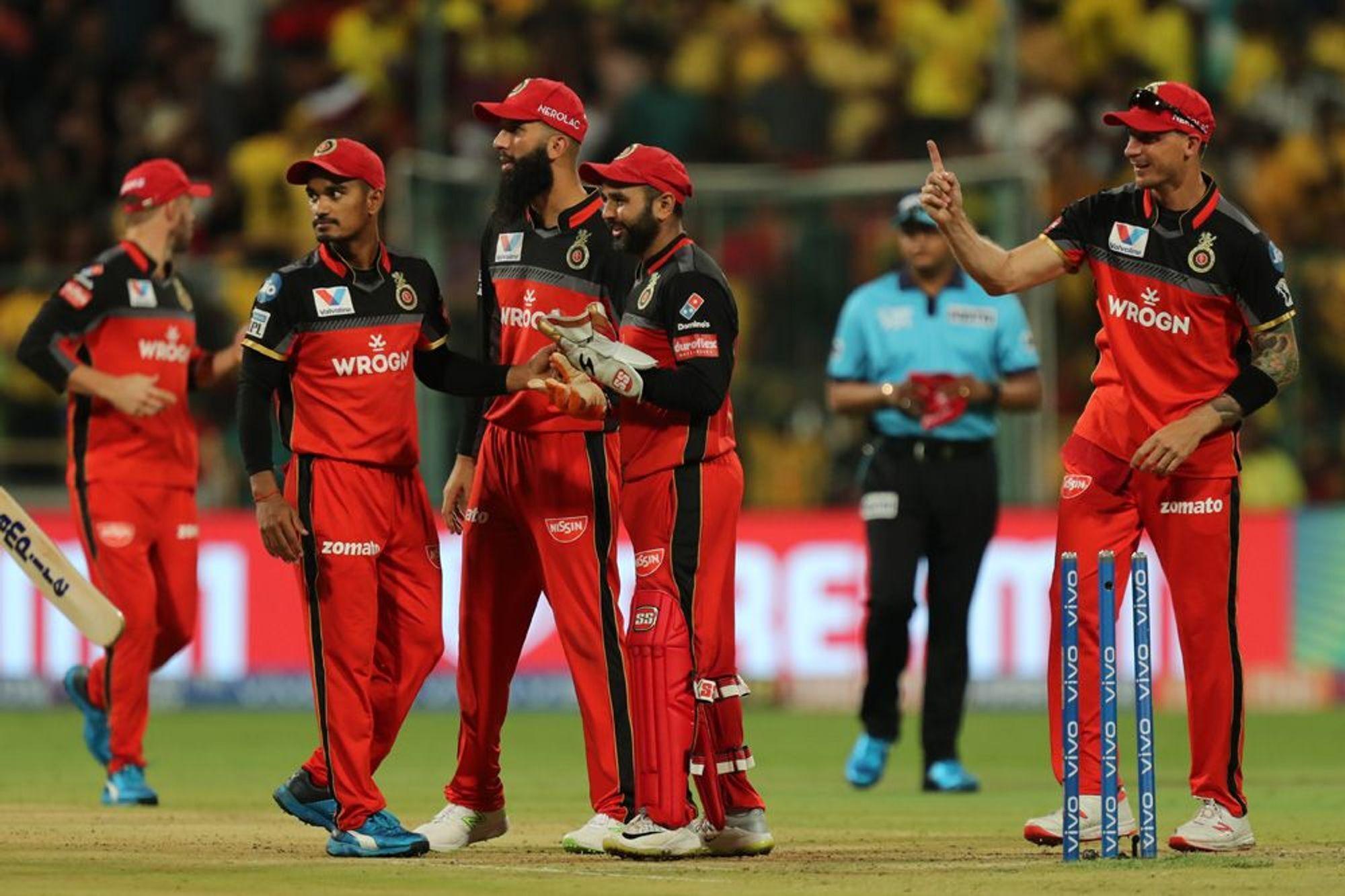 WATCH : एक रन से मैच जीतने के बाद पार्थिव पटेल को गोदी में उठा कर घूमें मोहम्मद सिराज 3