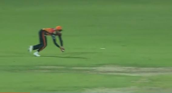 WATCH : 13.3 ओवर में मनीष पांडे ने किया ऐसा शानदार कैच, जिसे देख सब रह गए हैरान 1