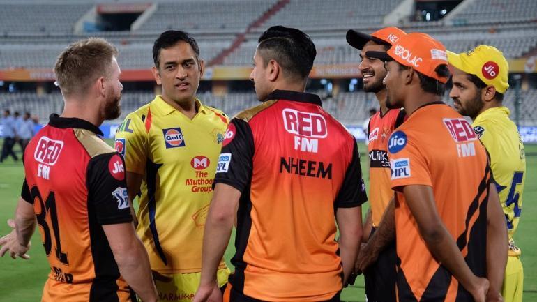 WATCH: टीम की हार के बाद डेविड वार्नर और विजय शंकर के साथ हंसी मजाक करते धोनी की वीडियो वायरल 14